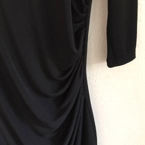 Den lille sorte med fastsyet underkjole. Super pasform med elastan