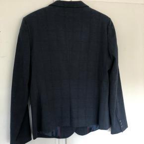 Lækker blazer i varm gråblå med tern. Matchende bukser i anden annonce.