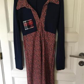 Varetype: Kjole Farve: Blå/rød Oprindelig købspris: 1000 kr.  Supersød kjole med jordbærprint.