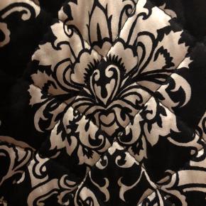 Ubrugt 100% silke jakke. Vatteret og quiltet.  Med bindebånd i taljen. Passer også ned til en str. 38. Den set godt ud i lidt oversize også