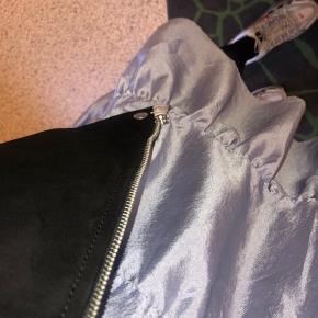 NYRPIS: 2799   Helt ny lækker let jakke fra Matinique. Jakken er prøvet på og fejler absolut ingenting! Der er ingen tegn på brugsspor, og lynlåsen er stadig med papir rundt om for beskyttelse. Sælges da jeg ikke får den brugt 🌹 BYD endelig.