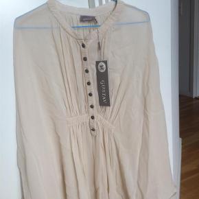 Varetype: Ny* tunika/skjorte Farve: Creme Oprindelig købspris: 1199 kr.  NY....Super fin tunika fra Gustav med mange fine detaljer...som fine knapper, hulmønster ned langs ærmet. Nypris 1199kr...aldrig brugt...stadig med mærke. BYD;)