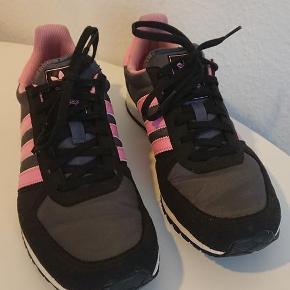 Varetype: Sko Størrelse: 38 2/3 Farve: sort/pink Oprindelig købspris: 750 kr.  Kun brugt ganske få gange...