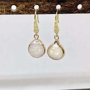 Nye øreringe i forgyldt Sterling sølv/925 Med super flotte ferskvandsperler med forgyldt kant. Unika sæt da ikke to perler er ens   Kan sendes som brev til 10,- eller som pakke til 36,-
