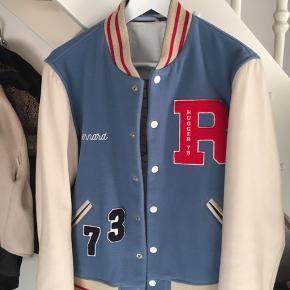 """Utrolig lækker jakke fra Gant Rugger. Jakkens Indre er et behageligt stof. Det blå er noget fint bomuld og ærmerne er lavet af ægte læder.  Str. Er S og jeg vil mene den passe """"true to size"""""""