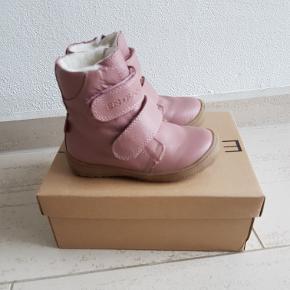 Helt nye varme rosa læder vinterstøvler fra En Fant i str. 25. Desværre for små, så kun prøvet på. Sålen indvendigt måler 15,4 cm. Ny pris 750 kr. Afhentes Fourfeldt.   Giver gerne mængderabat 🙂