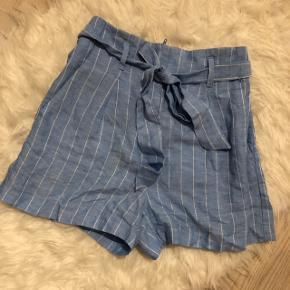 Sommer shorts sælges i en str 34, og er aldrig brugt.