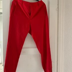 Flotte røde bukser med lynlås ved foden - sidder super godt. Elastik bagpå i talje.