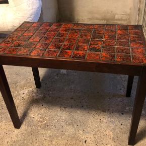 Rigtig fint antik bord med klinker. Bordet måler: 60 længde 34 bredde 44 højde