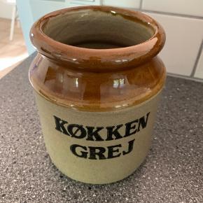 Fejlfrit krukke til køkkengrej i brun glasur i retro stil.