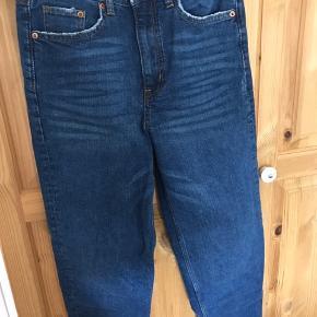 Fede jeans fra H&m i en str. 36.