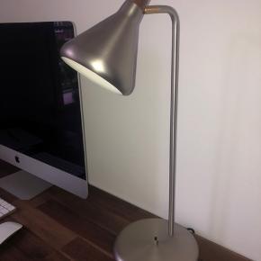 Super fin sølv bordlampe med valnødde-farvet top sælges. Fejler absolut intet.   Nypris 799 kr.
