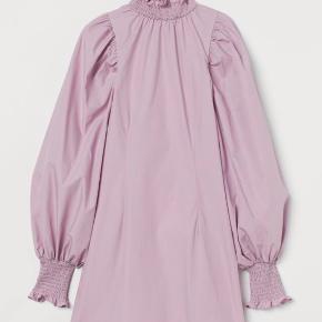 Flot tætsiddende kjole med vollumiøse ærmer. Tog prismærket af inden jeg fik den prøvet på, så den er spritny.  Kan ikke passe den, så der bliver ikke taget billeder med den på. Den fitter str. 36.  Den er lårkort