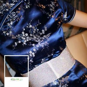 - BENYT 'KØB NU' FUNKTIONEN, VED KØB -  Mørkeblå orientalsk kjole fra Tang Yi med sølv mønster. Kjolen har små ærmer, korte slidser ude i siderne, en høj halsudskæring og en diskret lynlåslukning i højre side. Den har en knappelukning, der består af indvendige små trykknapper og ydre dekorative knappelukninger, som starter ved halsen og bevæger sig henover brystet.  ○ Mærke: Tang Yi ○ Størrelse: 34 - Ærmelængde: 15 centimeter - Skulderbredde: 36,5 centimeter - Brystmål: 42 centimeter - Taljemål: 36 centimeter - Længde: 92 centimeter ○ Fit: Tætsiddende ○ Stand: Næsten som ny ○ Fejl/Mangler: Ikke umiddelbart ○ Materiale: 50% Nylon, 50% Polypropylene