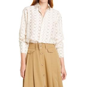 Helt nyt. 100 % silk  Str. 12  Silk shirt Color: beige All-over print Relaxed fit Long sleeve Buttoned cuffs Buttons closure