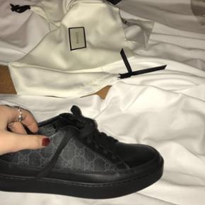 SOLGT  Sælger mine lækre GG supreme sneakers  Skriv for yderligere info el billeder Str 40 men der medfølger en Gucci sål så man vil kunne passe dem som 38,5 og 39 som jeg selv bruger :-) Købt i Italien -kvittering haves  Np omkring 3600kr