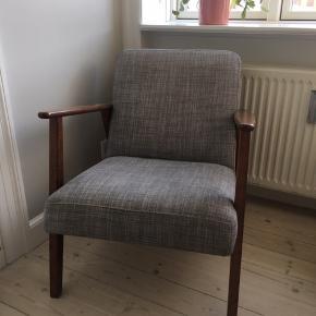 Lækker lænestol fra Ikea - står i vores soveværelse og bliver desværre ikke brugt.   Har mindre ridser få steder, ikke nogle af betydning og man ser dem ikke.   550 kr.  Køber afhenter på vores adresse.