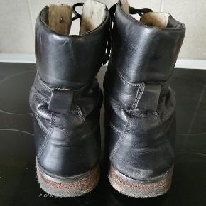 Sælger disse sorte Angeles vinterstøvler med uldfoer. Støvlerne er godt brugte, men læderet og bunden fejler ikke noget. Kom gerne med et bud :-)