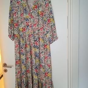 Fineste kjole. Flot med en stor cardigan