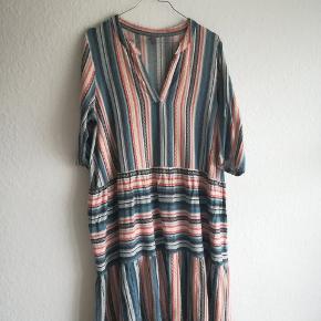 Smuk kjole i 100% bomuld. Har lidt små tråde der er gået, men kun noget der er synligt tæt på. Str S/M men ville også kunne passes af en L.