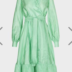 Super flot kjole i den smukkeste farve fra Stine Goya. Den har kun været brugt en enkelt gang.  Den sælges for 900 + porto eller kan afhentes på Østerbro.