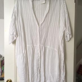 Helt ny  Tunika, skjorte - meget rummelig.  Sælger også en brun i samme facon - se foto.