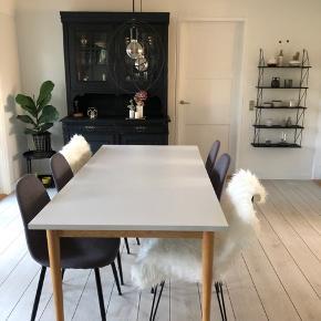 Flot spisebord 180x90cm Har 2 små hak ved det ene hjørne - se foto 3 Eller i rigtig flot stand.  Nypris 5000,-kr