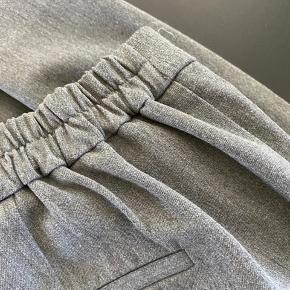 Lækker habit buks med elastik i ryggen  Lækker stof -  Str 40  Mp 125 pp