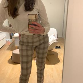 Super fede bukser fra Mango sælges! Fitter rigtig fint, og er meget komfortable :)  Bytter ikke, men kom gerne med et bud!