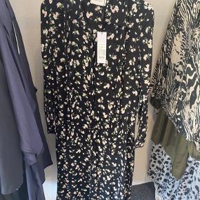 Helt ny blomstret Neo noir skjorte kjole. Stadig med prismærke.  Fejl: snorene som holder bæltet er løbet i begge sidder, men intet man lægger mærke til.