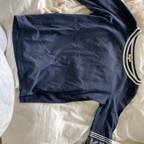 Jeg sælger min super fede Kenzo trøje, da jeg ikke bruger den mere. Jeg har brugt den et par gange, men der er ingen tegn på slid. Jeg har købt den i Magasin, for et par år tilbage, så jeg har ikke en kvittering. Byd 😁