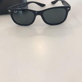 Ray Ban junior solbrille. Model wayfarer . De har en lille smule ridser i glas men minimalt samt er der et skrabemærke på nederste del på højre side men intet der ses når de er på. Kommer i etui og selvfølgelig ægte . Ingen useriøse bud tak . Det er originale solbriller fra Rayban så spar mig lige for de bud der ikke fører noget med sig og er tidsspilde i min optik . Prisen er helt fair  ✔️