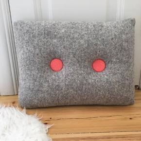Filt-pude med knapper sælges