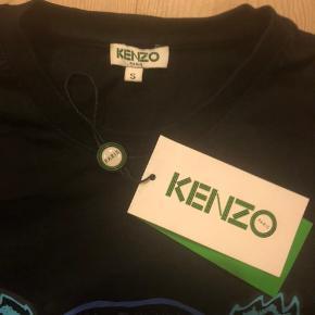 T-shirt i den kendte gode kvalitet fra Kenzo. Altid vasket på vrangen og aldrig tørretumblet.   Flot stand og originale tags følger med.