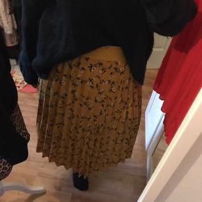 Fed plisseret nederdel fra det Amerikanske mærke Andi + James brugt få gange, da den er købt for stor. Det er en xl og den har et blødt bredt elastik i taljen. Den måler 42 cm fladt liggende og kan strækkes til 62 cm (måske mere om nødvendigt)  NB den jeg har på på billedet, er en str. M,