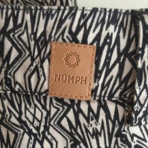 Lækre mønstrede bukser i sort/beige fra Nümph str. 42. Passer 40-42. Kun brugt 1 gang. Sælges grundet oprydning ;)
