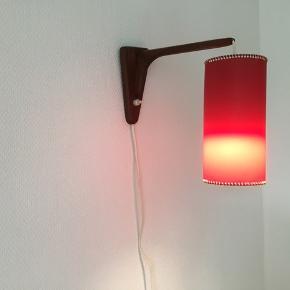 Smuk vintage lampe med rød skærm (20 cm) og teaktræ. Virker perfekt.
