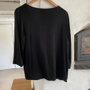 Galissa blouse i viskose 'Drypper' lidt i den ene side.  Let skinnende kvalitet.