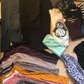 KÆMPE tøjpakke ca str (8)9-11 år. Ca 54 dele.   5 par bukser 6 kjoler 2 nederdele  3 buksedragter (sommer) 1 sort habitjakke (brugt meget) 1 bomber jakke m stjerner 1 grå/sølv cardigan 9 langærmede T-shirts 12kortærmede T-shirts 1 leopard skjorte bluse 1 par sorte træningsbukser 140 til knæ og 2 træningstrøjer lyserøde uden ærmer.  1 lyserød kjole/strandkjole 1 mintgrønt tube tørklæde 7 sweatshirts - (3 meget tykke/ bløde. Pingvin / sommerfugl. ) 1 pink dyne vest  1 par shorts  Forskelligt hvor meget det er brugt. Kom gerne forbi og se efter aftale og gerne afhentning, Ribe, ellers 59kr i fragt med GLS og betaling via MobilePay, da dao ikke sender så tunge/store pakker. Samlet pris på annoncen for hele pakken.