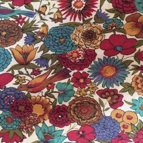 Vintage nederdel som har det fineste fald og det flotteste mønster.. 🌹