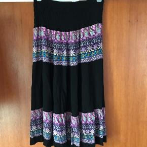 Smukkeste nederdel passer M-L og XL da elastikken tilpasser sig Længde ca. 80 cm