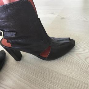 Varetype: Pep toe Farve: Brun Prisen angivet er inklusiv forsendelse.  Lækre sandaler/heels i læder. Desværre købt for små og derfor næsten ikke brugt. Super flotte på. Jeg betaler fragt og du betaler TS