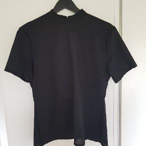Super fin sort top fra COS med flotvbar ryg. Str. XL men meget lille i str. Jeg er normalt str. 36-38. Ingen brugsspor.