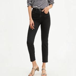 Sælger 3 par Levis jeans  Et par i sort Et par i mørke blå Og et par i lyseblå ☺️