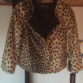 """Lækker Kristen Blake Faux Fur Leopard Jakke i en str. PP (pretty petit - svarende til en normal str. XS med en smule """"stumpede"""" ærmer) helt ny aldrig brugt hænger stadig med originale skilte nypris 1299kr"""