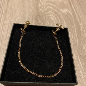 Guldkæde i form af accessory til skjorte som alternativ til slips/butterfly. Nypris 250. Aldrig været brugt