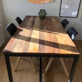 🍁 Vintage spisebord fra Ilva sælges 🍁 Virkelig flot rustikt bord i elmetræ  🍁 Ca 4 år gammelt og i rigtig fin stand 🍁 Mål (180x90x75) Vægt:56 kg 🍁 Stel i sortlakeret metal (har et par enkle ridser, dog ikke noget man lægger mærke til) 🍁 Nypris 6000,- (spar 45%!)  🍁Kan afhentes på trøjborg efter aftale