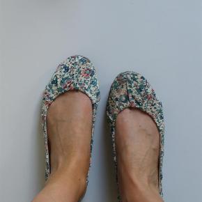 Varetype: flats ballerina ballerinaer sko ballerinasko blomstret stof mønstret Farve: Blå  Søde sko fra H&M :-)  De sælges for 50 + porto :-)
