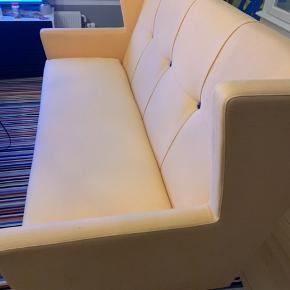 Happy sofa fra Raun. Disagnet af Stine Prang..Brugt men pæn. Mega behaggelig og vedligeholdt...ny kostede16000kr...
