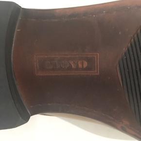 Her er højkvalitets-sko til at fuldende et skarps look.  Skoene har været brugt 3 gange og dufter stadig af nyt læder.  Super komfort med snert af klasse!  Køb dem før din nabo 😊